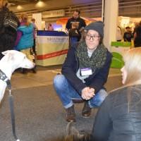 Veronica hjälpte till i montern med hunden Råttan